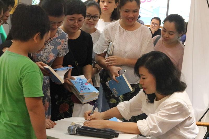 Tác giả Thu Hà trong buổi ra mắt sách